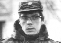 Olivier Dupuis in divisa croata. Primissimo piano con berretto militare. (BN) cattiva qualità. Foto da TV