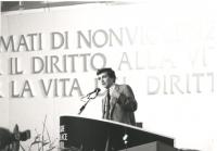 Negri parla dalla tribuna del 3° congresso italiano del PR  (BN) parte del banner
