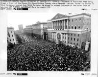 foto ANSA di immagini di folla a Mosca contro il golpe in URSS (BN)