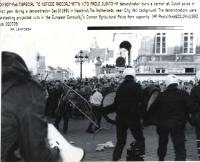 scontri tra la polizia e gli agricoltori che protestano contro i progettati tagli ai sostegni dell'UE per l'agricoltura. (BN)  Foto di agenzia