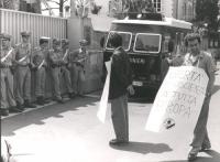 """""""Stango, con cartello al collo """"""""libertà di coscienza in tutta Europa"""""""", manifesta davanti all'ambasciata della Germania Est a Roma. (BN)  Rutelli di"""