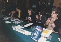 madri di soldati croati siedono ad una assemblea radicale.