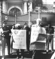 """""""Pannella e Bonino manifestano davanti l'ambasciata sovietica a Roma per protestare contro il golpe in URSS. Cartelli al collo: """"""""la democrazia europe"""