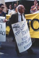 """""""Stanzani con cartello al collo: """"""""ambasciatore Strabac non rappresenti nessuno. Mcp"""""""" durante una manifestazione davanti l'ambasciata jugoslava a Rom"""
