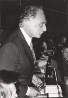 ritratto di Pannella di profilo mentre parla nell'aula del PE. (BN)